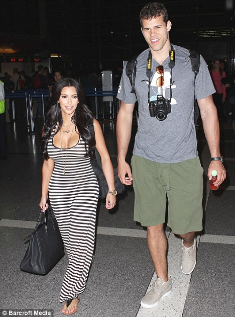 Source: http://www.dailymail.co.uk/tvshowbiz/article-1381425/Kim-Kardashian-takes-fashion-risk-steps-horizontal-stripes.html